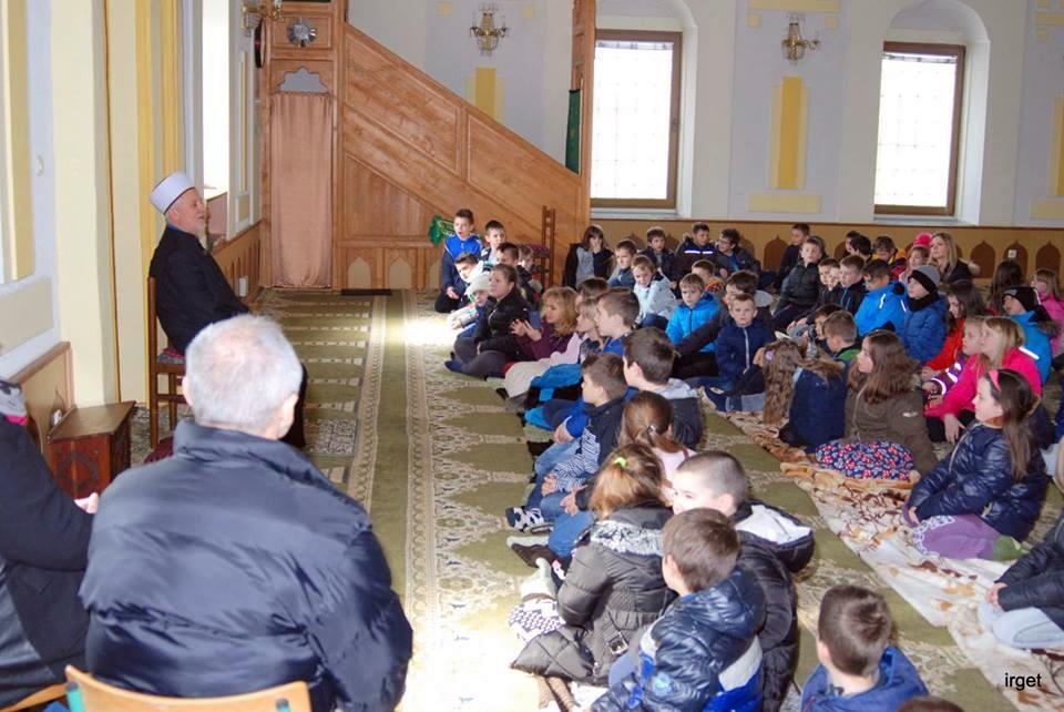"""Učenici OŠ """"Vladimira Nazora"""" iz Odžaka posjetili džamiju Aziziju u Orašju"""