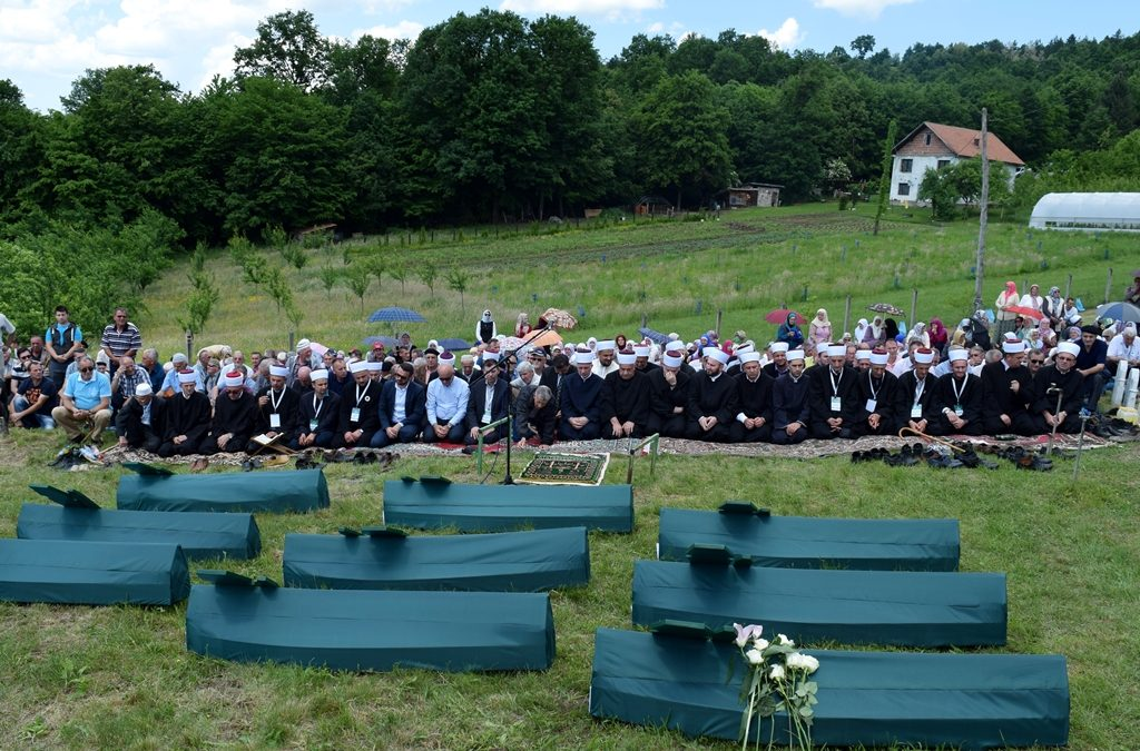 U Hemlijašima kod Kalesije klanjana dženaza za osam bošnjačkih žrtava