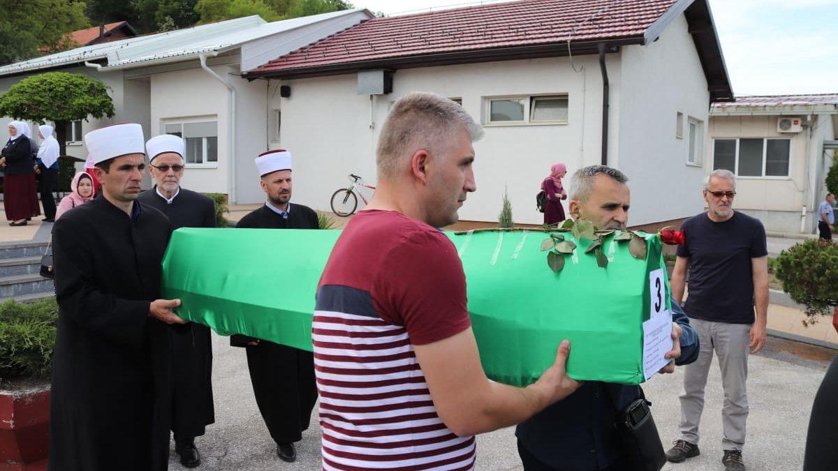 Tuzla: Ispraćeni tabuti s posmrtnim ostacima tri ubijena Bošnjaka iz Bratunca