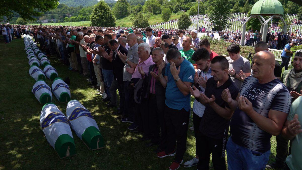 Klanjana dženaza za 33 šehida, žrtve Genocida