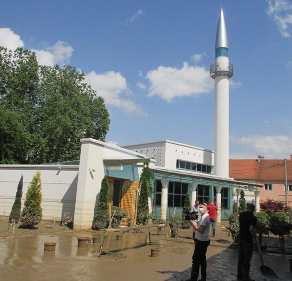 Počelo čišćenje Azizije u Bosanskom Šamcu