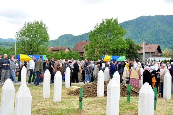 Osma kolektivna dženaza u Bratuncu: ukopano još šest civilnih žrtava ratnih zločina u Bratuncu