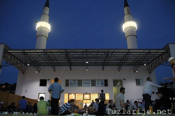 Tuzla: Iftar 600 vjernika u haremu džamije Kralj Abdullah