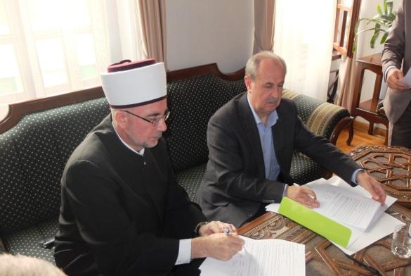 Potpisani ugovori o obnovi  porušenih i oštećenih vjerskih i infrastrukturnih objekata u džematima na području medžlisa Zvornik, Bratunac, Srebrenik i Kalesija
