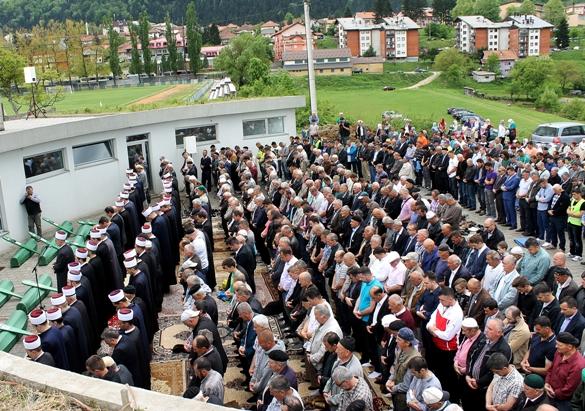 Kolektivna dženaza u Vlasenici: Na mezarju Rakita ukopano 14 žrtava