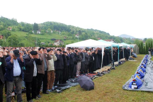 Na mezarju Veljaci u Bratuncu ukopano 13  žrtava Agresije