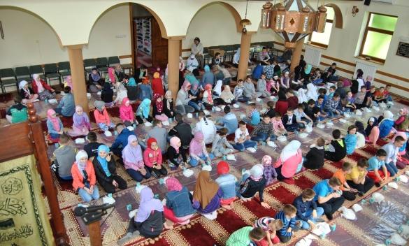 Mekteblije u Srebreniku obilježili 7. maj dan džamija
