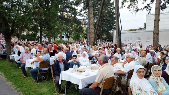 Iftar ispred Bijele džamije u Brčkom