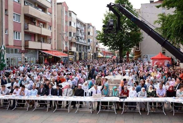Iftar na trgu Alije Izetbegovića u Srebreniku