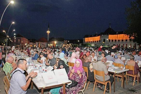 Iftar na Trgu slobode u Tuzli