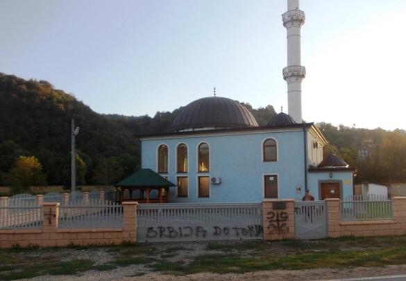 Uvredljivi grafiti na džamiji u Karakaju