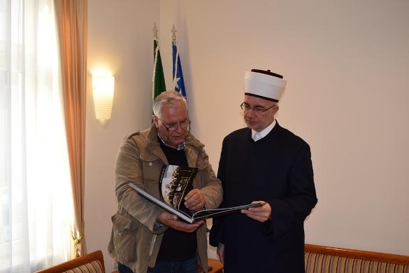 """Autor fotomonografije """"Srebrenički put pakla 1995-2015."""" kod muftije"""