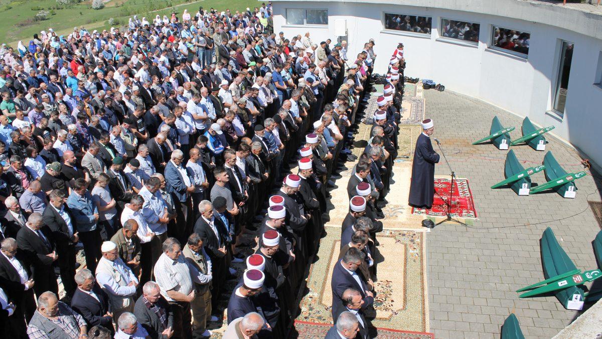 Kolektivna dženaza u Vlasenici: Na šehidskom mezarju Rakita ukopano 8 žrtava