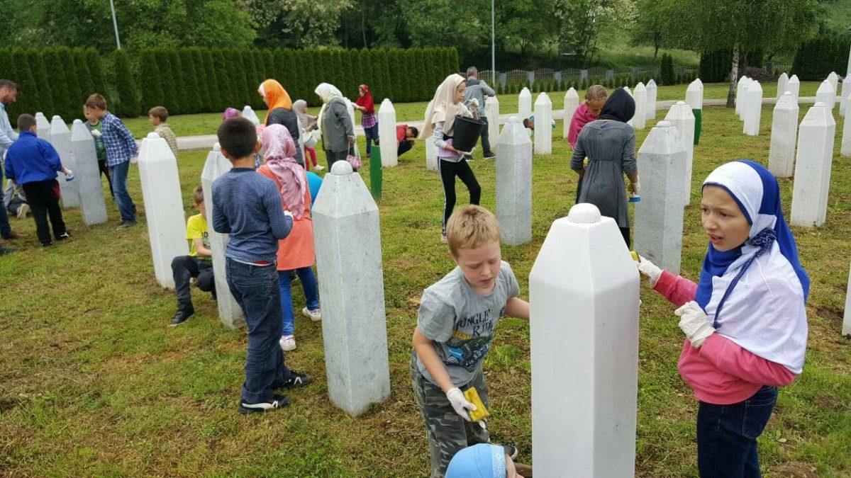 Mališani čistili nišane na šehidskom mezarju Veljaci