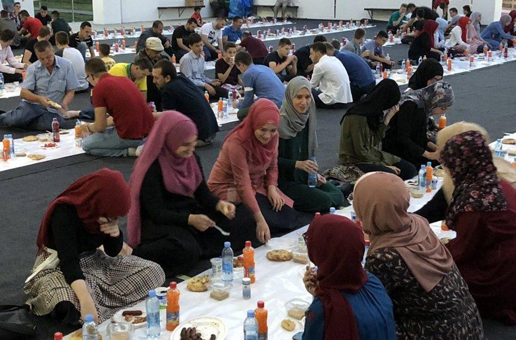 Tuzla: Iftar za mlade u džamiji Kralj Abdulah