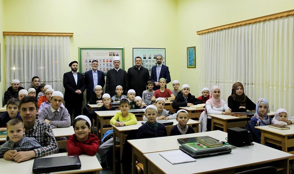 Muftija Fazlović sa polaznicima Škole Kur'ana MIZ Tuzla