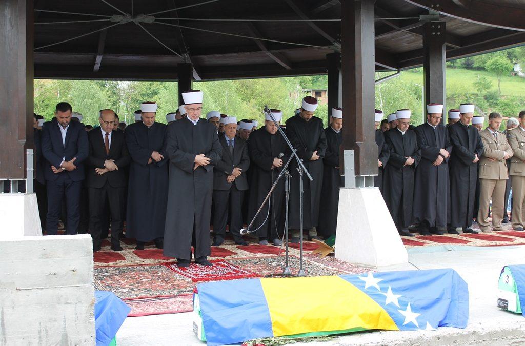 U mezare spuštena tri šehida Bratunca