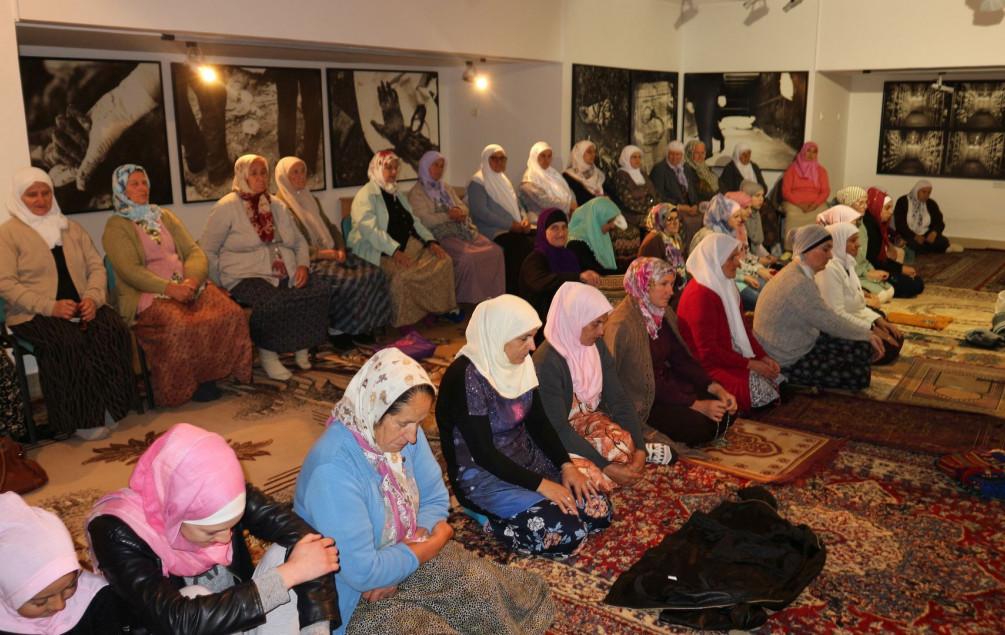 Teravih-namaz na musalli u Potočarima