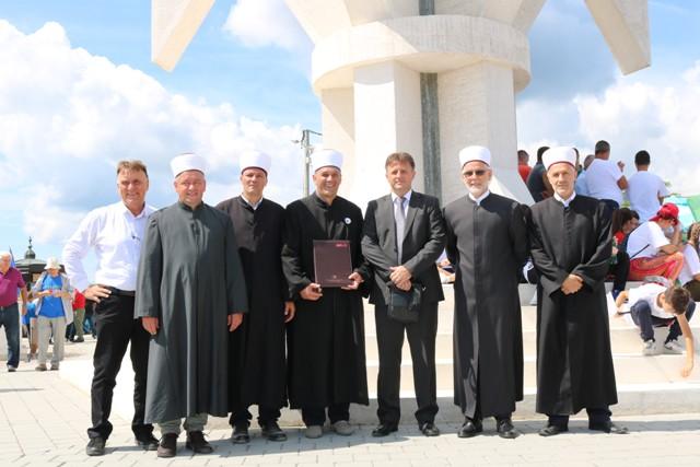 """Dova za domovinu kod spomenika """"Ljiljan"""" u Gradačcu"""