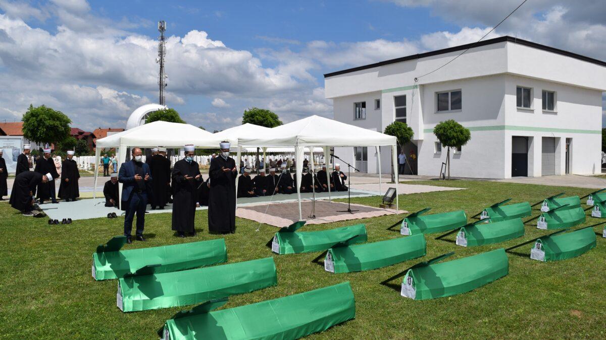 Klanjana dženaza-namaz za osamnaest šehida u Brčkom