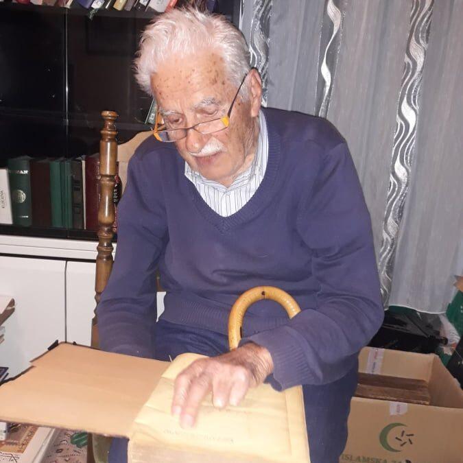 """Predstavnici Biblioteke """"Behram-beg"""" u posjeti emeritusu Omeru Nakičeviću"""